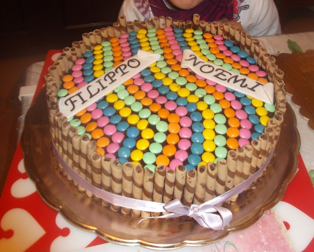 Torta anniversario sposi con decalcomania al cioccolato e for Decorazione torte con smarties